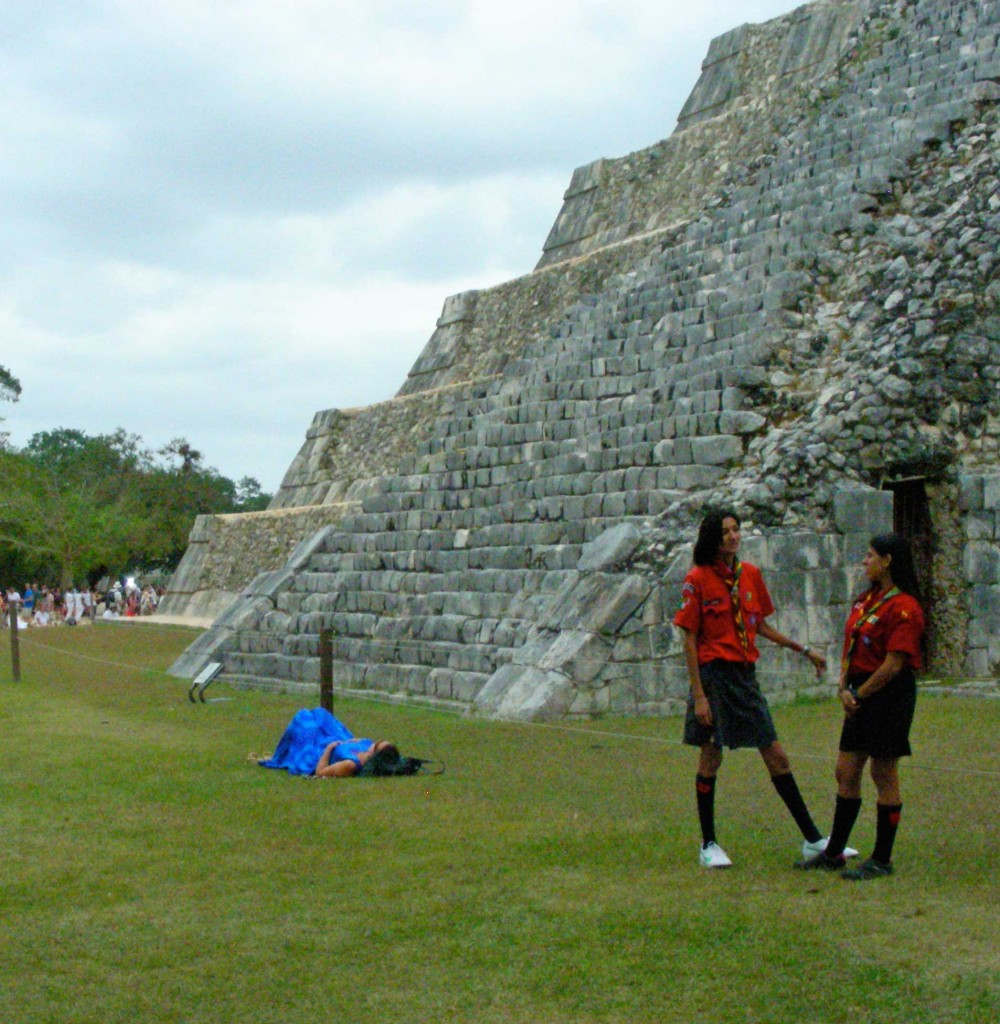 Yucatán girl scouts loyally protect their national heritage